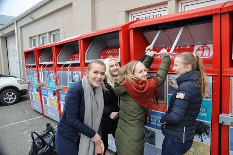 MYE FINT: Grevlingen-elever leverer på  Fretex i Moss. F.v. Tuva Hallstensen, Camilla Olsen, Ragna Marie Engseth og Anine Swarz .