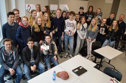 Klasse 9B på Rygge ungdomsskole er juryklasse for Uprisen. Til høyre lærer Per Andreas Lindbäck.