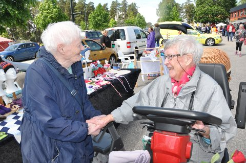 Kathrine Helland (til venstre) og Inga Myhre er begge 93 år, og trivdes godt på markedsdagen.