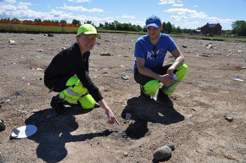 KLAR FOR EN NY SOMMER PÅ DILLING: Arkeologene Marie Ødegaard og Torgeir Winther på jobb i fjor. I år blir det opptil 30 arkeologer i sving samtidig ved Dilling.