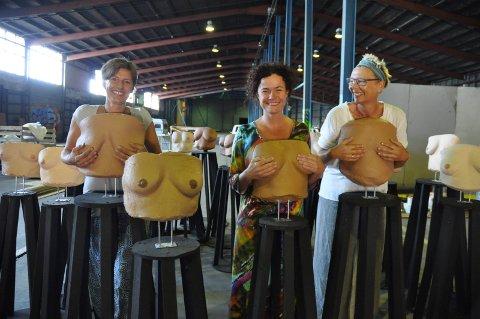 PUPPER: Mossekvinner har stått modell for utstillingen. Bak står Elin Brændholen, Cesilie Kløfsrud og Christina Hagen (til høyre).