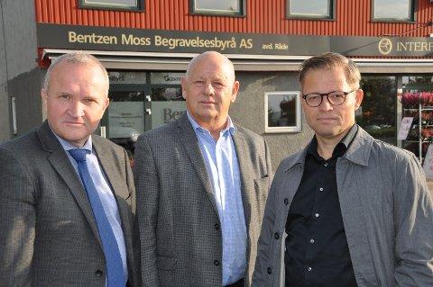 SENTRALT: Midt i Karlshus, i Mosseveien 14, har Bentzen Moss Begravelsesbyrå startet sin nye avdeling, fra venstre Jon Ragnar Grandahl, Josef Bentzen og Erik Krogsvold.