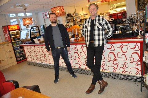 MOSS KULTURHUS: Petter Fosse (til venstre) og Terje Kinn i kulturtjenesten i Moss kommune skal drifte Moss kulturhus. Billetter kan man nå få kjøpt her i Skarmyra kulturcafé.