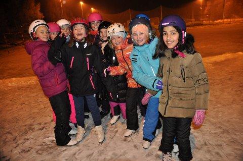 SKØYTEBANE: Glade Sprint-jenter på skøyter på Refsnes. Skøytebanen kan de takke Refsnes Vel for.