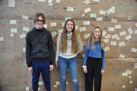 UKE SEKS: Romantikk og kjærlighet på Rygge ungdomsskole. Elevene Patrick Andreassen, Gina Borvik og Elise Moen foran veggen med romantiske tekster.