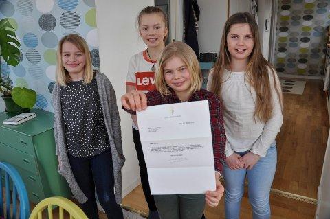 SKREV TIL ERNA: Ellinor Nyheim Stray viser fram svaret hun fikk fra Erna Solberg og fikk svar. Bak fra venstre: Kaja Kastet Tambs-Lyche, Ruth Nyheim Stray og Oda Bromander Falkenbo.
