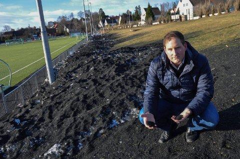 HAUGER: Store mengder granulat lå igjen på Bellevue i forrige uke. – Deprimerende, sier Joakim Sveli (V).
