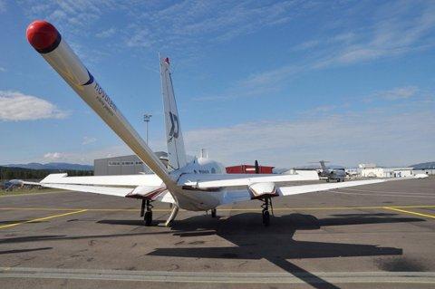 MÅLEFLY: Flyene er av typen Piper Navajo for kartlegging av jordens magnetfelt og radioaktive stråling. Måleinstrumentene er montert bak flyet og inne i kabinen.
