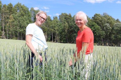 ODELSJENTER: Ida Marie Bæck Lundeby og Ragnhild Lundeby Grimstad (t.h.) er begge odelsjenter og trives med gårdsdrift.
