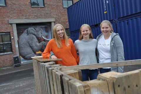 I BILLETTLUKA: Ingrid Skavlan, Lise Vanem og Milla Talberg Fjærgård bruker siste del av ferien til å jobbe frivillig for Festivalen Sin, som arrangeres på Verket i helgen.