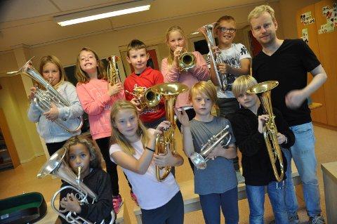 LÆRER Å SPILLE: Skolen, skolekorpset og kulturskolen samarbeider på Svinndal skole. I åtte uker underviser kulturskolelærere på 4. trinn. Stian Omenås er en av dem.