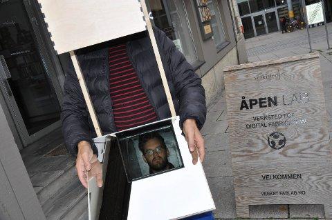 I BOKSEN: Benjamin Vandewalle (i speilet) ser verden på en litt annen måte med boksen på hodet.