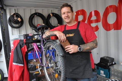 SYKKELVERKSTED: Prosjektleder Dag Otto André Pedersen og kollegaene har mange kunder på sykkelverkstedet RedBike, som er strategisk plassert rett ved Moss stasjon.