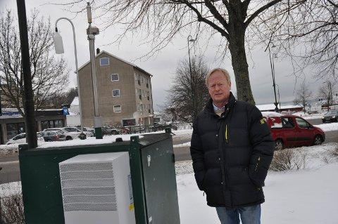 NY VARSLINGSTJENESTE: Miljøvernsjef Knut Bjørndalen ved målestasjonen som måler den nåværende luftforurensningen. Nå får man også mulighet til å se hvordan lufta blir i kommende døgn.