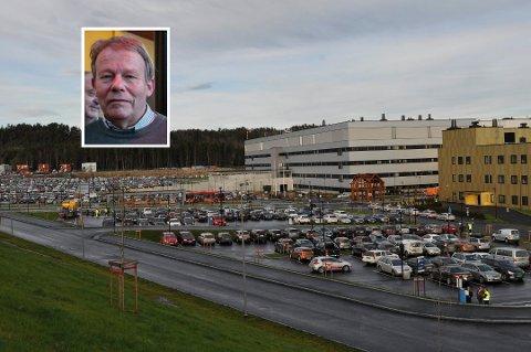 REAGERER: Steinar Kløverød reagerer på parkeringskostnadene han fikk mens kona var syk. Diskusjonen om hva man skal betale for parkering på Sykehuset Østfold Kalnes har blusset opp i høst.