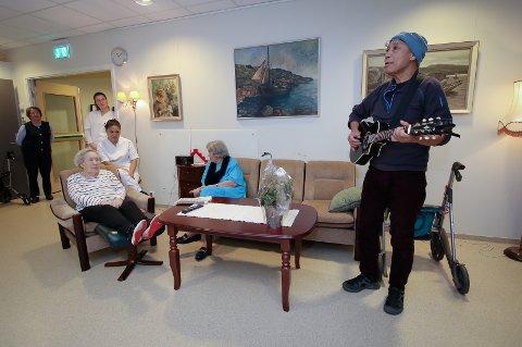 SPRER GLEDE: Både ansatte og beboere lytter oppmerksomt når Maung Maung Myo Twin spiller og synger  på Ryggeheimen. Myo  er først ut i årets ildsjelkalender.