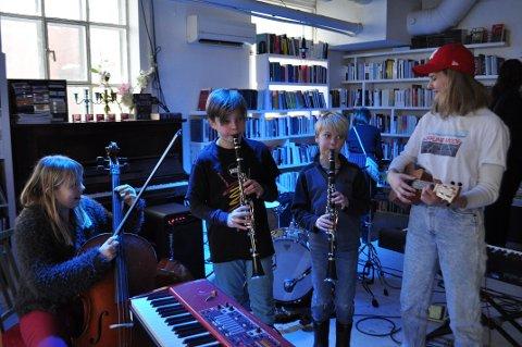 PRØVDE SEG PÅ JAZZ: Ingeborg Ek-Stenmo (11), Arian Amundsen Borgaas (9), Isak Kraft Nymo (9) og Marte Helene Fosse (14) synes det var gøy og annerledes å spille jazz.
