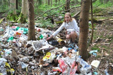 MÅ FØLGES OPP: Miriam Bjørk håper at saken med søppelet i skogen ved «Tirsdagsløypa» på Feste i Rygge følges opp, og at søppelet blir fjernet.