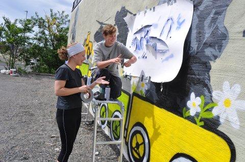 GATEKUNST: Parkeringsplassen i Værlegata blir nå pyntet med gatekunst av Charlotte Norlund med litt hjelp fra venninnen, Christina Hille.