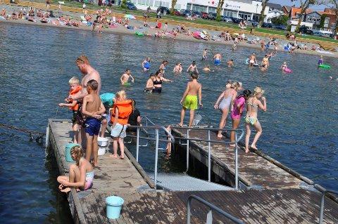 BADING: Mange barn lærer ikke å svømme før 3.trinn og må bruke armringer og annet flyteutstyr når de bader.