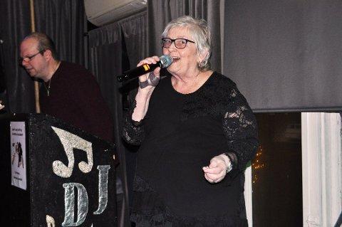 KARAOKE: Hver fredag er Kari Knatvold (75) klar for å synge karaoke på Øre Villa Kro. Bildet er fra arkiv. Foto: Caroline Bjurstrøm Knudsen