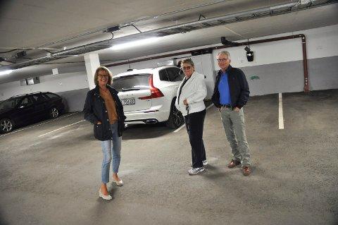 KJØRER ELBIL: 20 av 24 boenheter i boligsameiet Hollandveien 22-24-26-28 i Son har bestilt ladeboks for elbil. Det er Heidi G. Sirnes, Bjørg Fjeldstad og Kjell Ottar Sandvik godt fornøyde med.