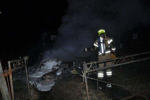 Nødetatene måtte rykke ut til Missingmyrveien torsdag kveld grunnet brann i en campingvogn. Det var ingen personer inne i vogna. SVEIP FOR Å SE FLERE BILDER.