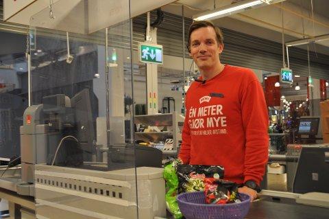 RØRENDE: Kjøpmann Jan Sigurd Knap Sæby på Meny Mosseporten forteller at det oppleves rørende at de får en ekstra bonus i år, etter et ekstremt år i dagligvarebransjen med koronapandemien.