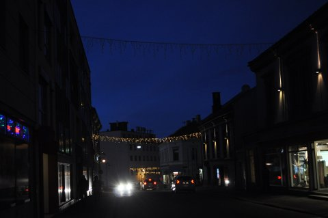 MØRK: Denne ene lysrekken i Kongens gate skulle ha lyst opp i høstmørket, men funker ikke.