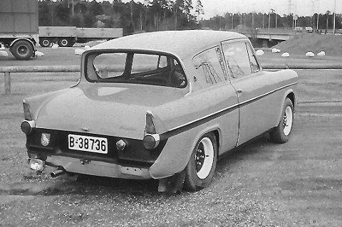 Anglia`n i 1972 racerutgave:  Ivrige guttenever i Bærja hadde nå montert alt som skulle til for å blåse forbi det meste. Eieren innrømmer at da han passerte Mercedesen på E-6 i 130 km, og bilen vingla, så ga han seg med ungdommelige fartsetapper. Foto: privat