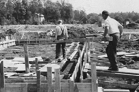 Bergersborg 1961:  På denne tida var det vanlig å bytte arbeid for å komme i mål innenfor Husbankens stramme rammer. Murer`n hjalp snekkeren osv. Dette var tida for nøkternhet. Alle foto: Johan Rynnås