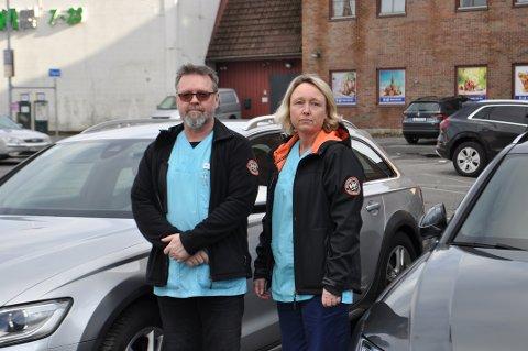 FORBANNET: Torben Tejlgaard og Stine Herrød ble både irritert og forbannet da de så hva noen hadde gjort med bilene deres på mandag. Nå håper de det har vært vitner til ramponeringen.