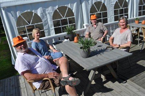 FROKOST-ØL: Fra venstre: Bjørn Fingard johberaaten (58), Anne Ramstad (53), Kjell Ramstad (61) og Hilde Fingar Johberaaten (59) nøt både drikke og  til frokosten da Øre Villa feiret gjenåpning av skjenkesteder ved å åpne allerede til frokost.