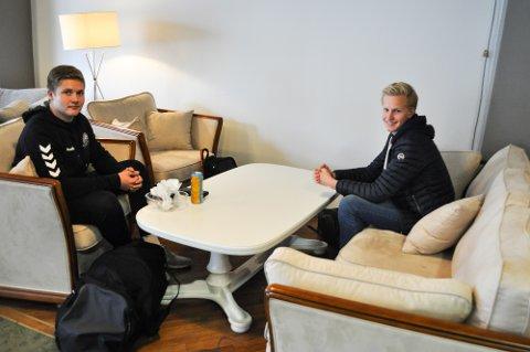 STAMGJESTER: Djalve Kollvangses (17) og Stian Måleng (17) har byttet ut kantina på Kirkeparken videregående til fordel for ungdomsklubben og kafeen Jonas i gågata.