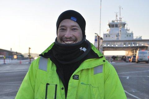 UTEJOBB: Sindre Lindahl (27) jobber lange skift ute på brygga, og skremmes ikke så lett av kalde temperaturer.