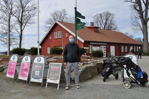 STRØMMER TIL: Mossinger strømmer til Evje Golfpark og daglig leder Morten Lunde Andersen etter at de åpnet golfsesongen på torsdag.