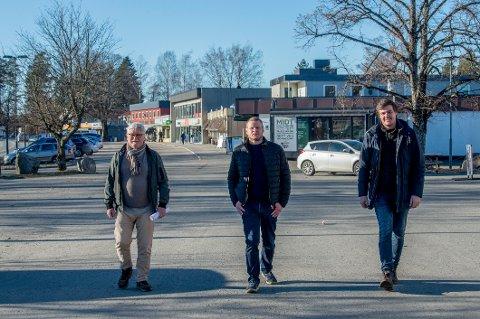 Utbyggere, beboere og grunneiere er sterkt kritisk til de foreslåtte  veiløsningene i Karlshus, fra venstre Dag Aspelund, Lars Göransson og Andreas Brandt. Nå har politikerne i samfunnsutvalget bedt om en ny vurdering av det meste i  sentrumsforslaget.