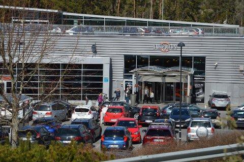Flere kunder merket en sterk lukt ved Mosseporten onsdag. Lukten kommer fra arbeid på senterets parkeringstak, ifølge senterlederen.