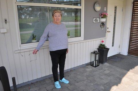 FORSVUNNET: Noen har gått helt inntil husveggen til Elida Pedersen og tatt med seg utemøblene hun nylig hadde kjøpt.