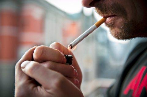TOBAKK: En fersk undersøkelse viser endringer i nordmenns røykevaner under koronapandemien.