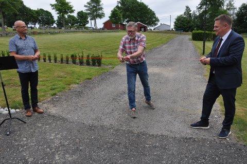SAKS: Egill Tangen fikk æren av å klippe snoren, som ble holdt av kirkeverge Dag Øystein Andersen (til venstre) og ordfører René Rafshol.