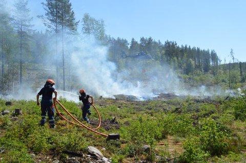 Et lite bål kan fort utvikle seg til en stor skogbrann hvis det er perioder med tørk i naturen, ifølge Norsk brannvernforening. Bildet er tatt fra en skogbrannøvelse i 2018.