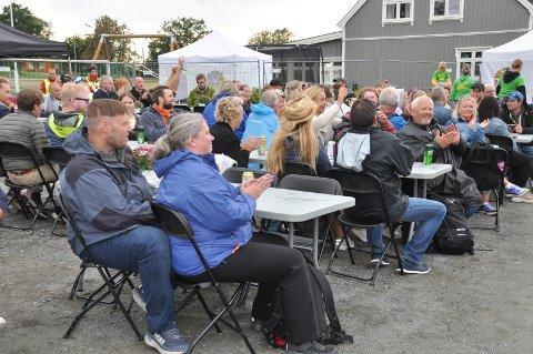 KLAPP: Applaus til bandet Bjelleklang fra tilhørerne hos Kristian Solberg.