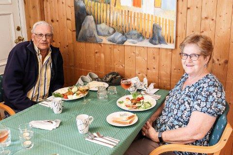 MIDDAG UTE: Torvild (76) og Anne-Karin Sæby (74) deltok på Eldre ut på middag tirsdag og fikk servert lekre retter på Frivilligsentralen i Svinndal.
