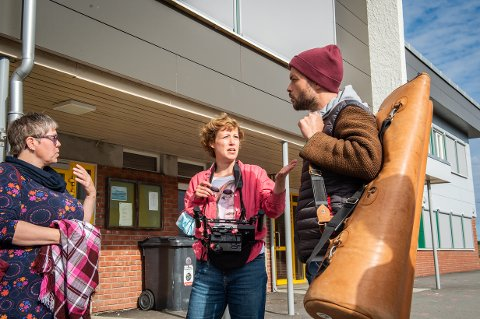 KLAR FOR TV-SKJERMEN: I fjor var det innspilling av en ny, tysk dokumentarserie på Otterøya. Musiker Charlotta Kappfjell (til venstre), regissør Sonja Frülich og programleder Manuel Winbeck var blant annet på Otterøy oppvekstsenter for å gjøre opptak. Serien skal sendes på kanaler som når ut til 30 millioner seere.