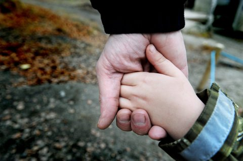 OND SIRKEL: Et svakt barnevern med få ansatte, fører gjerne til at færre får hjelp. Barna blir ikke oppdaget og dermed settes det heller ikke inn ressurser kommunene, påpekes det fra Fylkesmannens familie, helse- og sosialavdeling. FOTO: BJØRN TORE NESS *** Local Caption *** HYGGELIGE TALL: Færre barn og unge i Norge venter i dag på et fosterhjem. Likevel er det viktig å rekruttere flere fosterhjem i framtida.