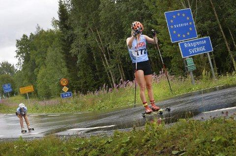 NY STATUS: Vaajmarathon krysser vanligvis grensa melllom Sverige og Norge, men i år går rulleskirennet i sin helhet på svensk side. Her staker Vilde Finne fra Kolvereid seg over til Norge i 2018-versjonen, med libygg Nora Lerfald i bakgrunnen. I år har rennet fått status som Challenger-event i Visma Ski Classics.