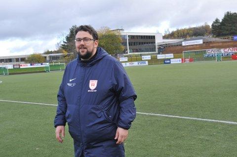 BREDDEFOTBALL: Rørvik-trener Tor Inge Sandnes er opptatt av å ha perspektiv på fotballspill i lavere divisjoner. – Dette handler ikke om liv eller død. Det viktige er at jentene får positive opplevelser på vegen, sier han etter å ha sett sitt lag tape 1-7 på Guldbergaunet lørdag.