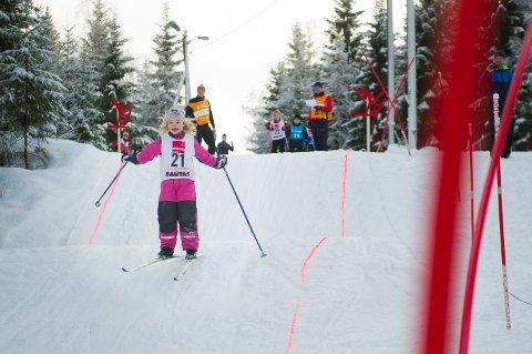 HINDERLØYPE: Mia Brattberg Sørensen i full fart over kulene under helgas skicross i Overhalla.