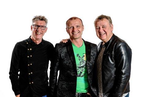 TIL HØYLANDET: Sigmund Kveli, Arnt Egil Rånes og Harald Morten Bremseth setter opp showet «Lenge leve» på samfunnshuset.
